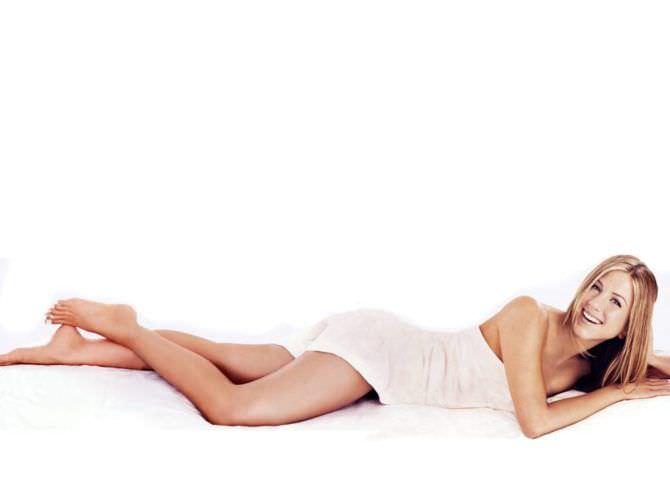 Дженнифер Энистон фото под простынёй