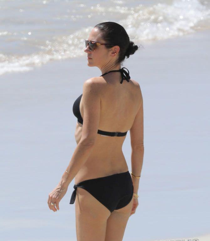Дженнифер Коннелли фото на пляже