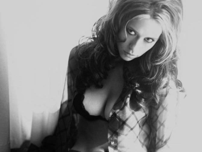 Дженнифер Лав Хьюитт чёрно-белое фото