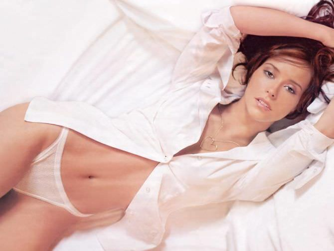 Дженнифер Лав Хьюитт фото в рубашке на постели