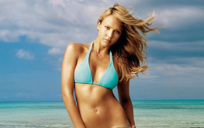 Джессика Альба фото в голубом купальнике