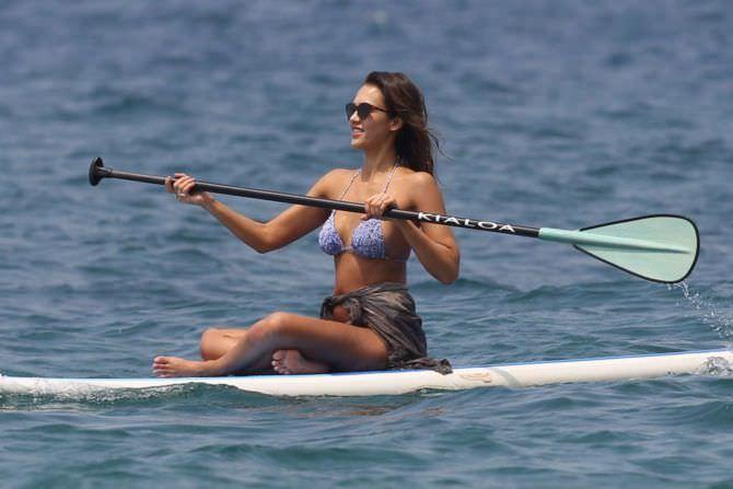 Джессика Альба фото на сёрфе