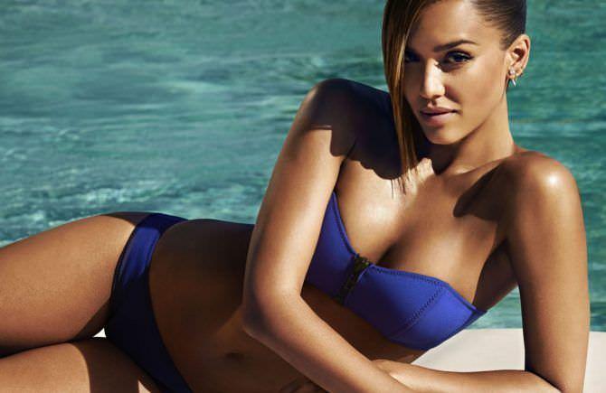 Джессика Альба фото в синем купальнике