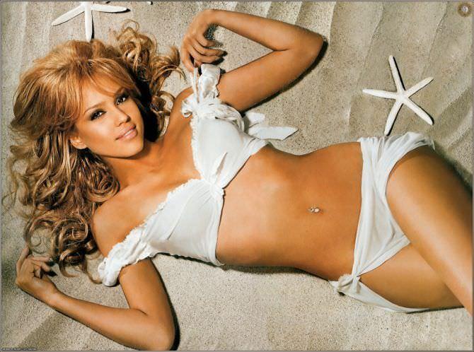 Джессика Альба фото в купальнике на песке