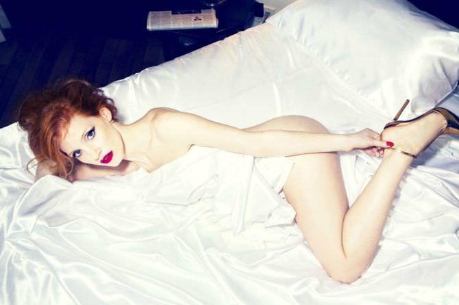 Джессика Честейн фото на постели