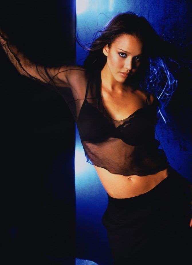 Джессика Альба фото в чёрной блузке