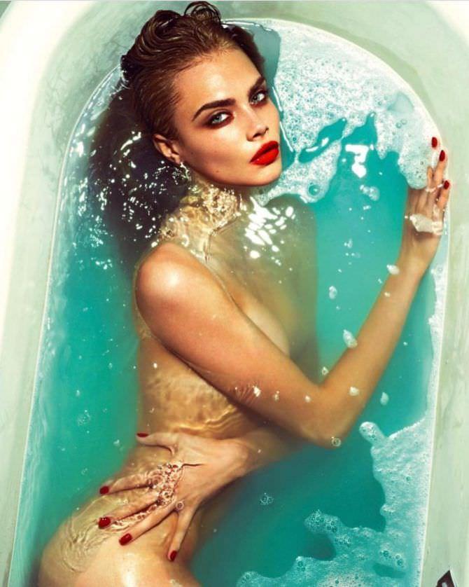 Кара Делевинь фотография в ванне