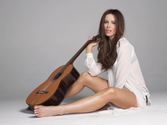 Кейт Бекинсейл фото с гитарой