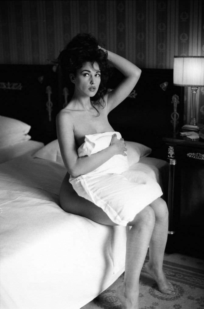 Моника Беллуччи фото с подушкой