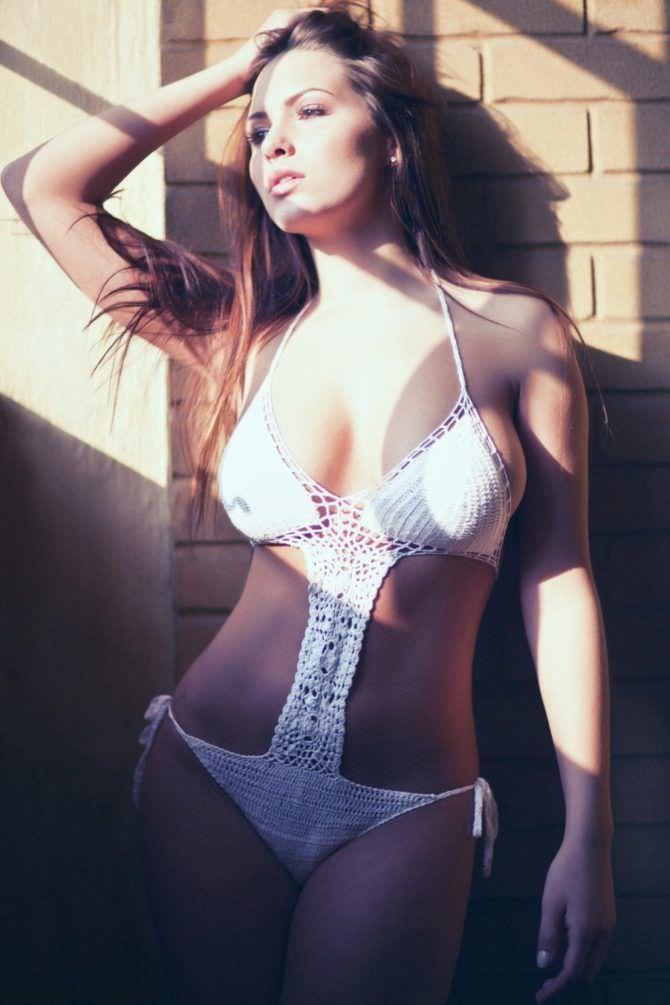 Сабина Емельянова фото в вязаном купальнике