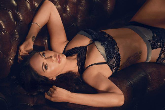 Меган Фокс фото в сером белье