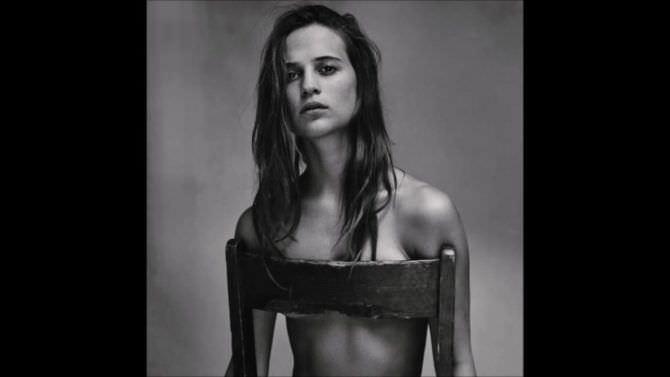 Алисия Викандер фото на стуле