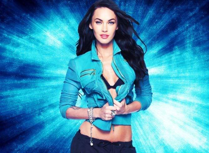 Меган Фокс фото в синей куртке
