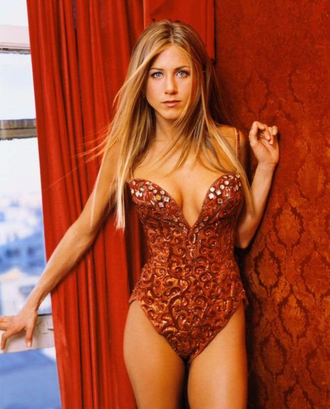 Дженнифер Энистон фото в красном купальнике