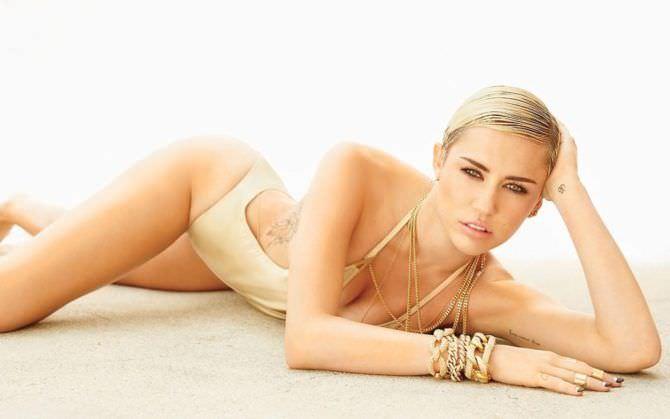 Майли Сайрус фото в золотом купальнике