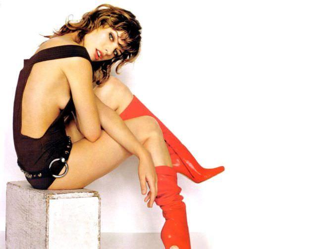 Милла Йовович фотография в красных сапогах