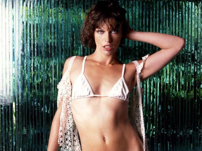 Милла Йовович фото в белом купальнике