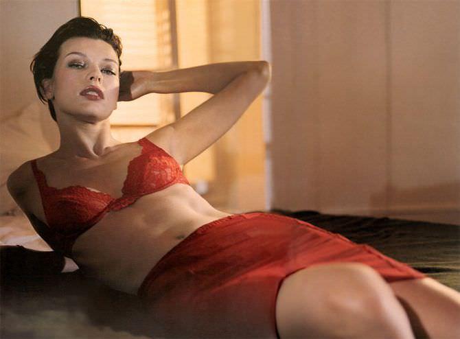 Милла Йовович фото в красной юбке