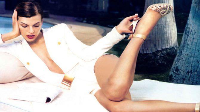 Милла Йовович фото в белом пиджаке