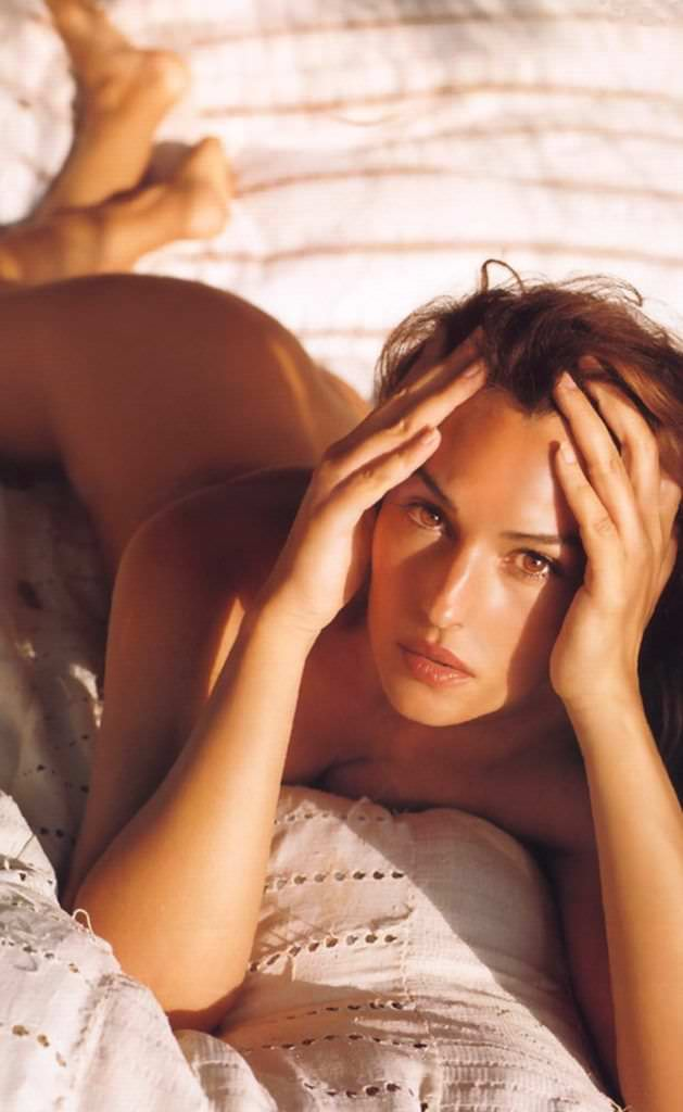 Моника Беллуччи фото на кровати