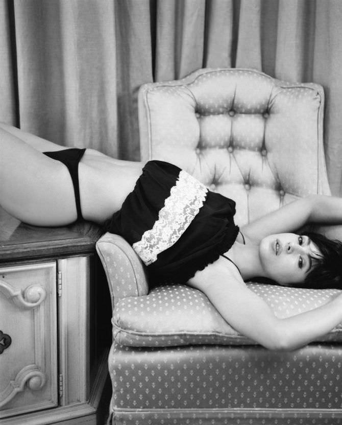 Моника Беллуччи фото на кресле