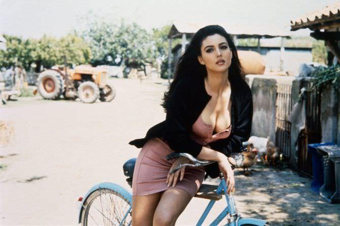 Моника Беллуччи фото с велосипедом