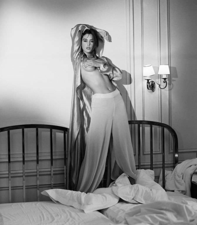 Моника Беллуччи фото на кровати топлесс