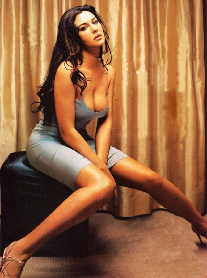 Моника Беллуччи фото в сером платье