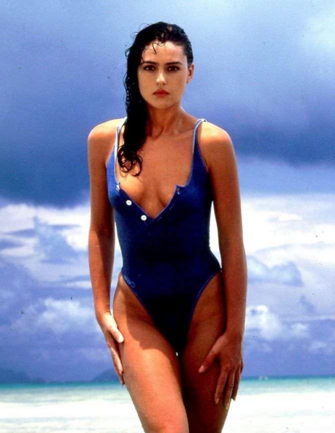 Моника Беллуччи фото молодой в купальнике