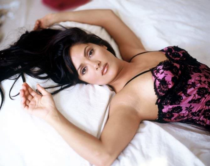 Сальма Хайек фото на кровати