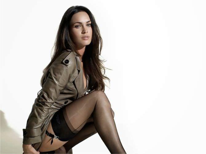 Меган Фокс фото в пиджаке и чулках