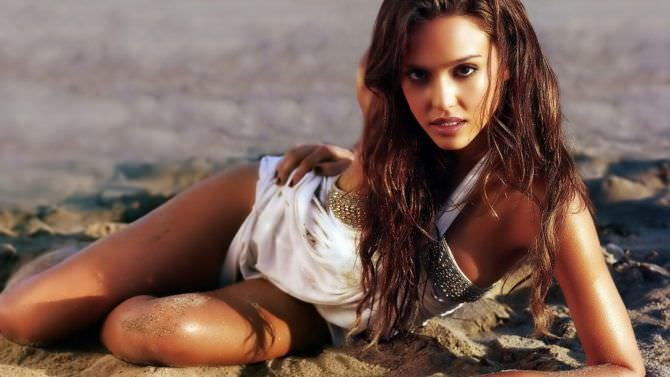 Джессика Альба фото на песке