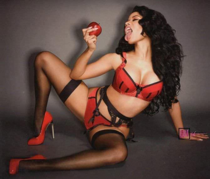 Ники Менаж фото в красном белье
