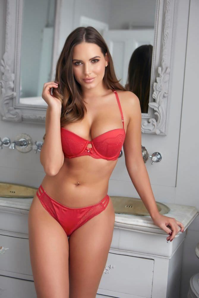 Сабина Емельянова фото в нежно-красном белье