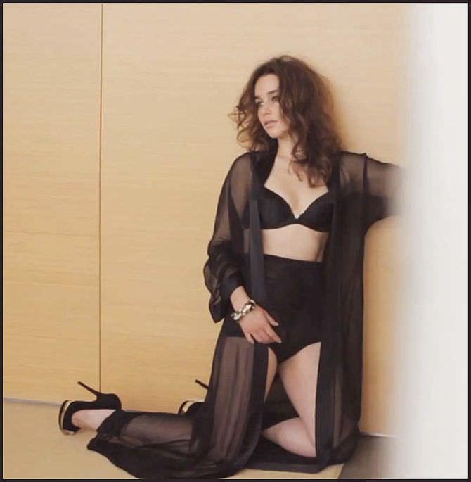 Эмилия Кларк фото в халате