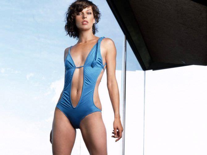 Милла Йовович фото в голубом купальнике