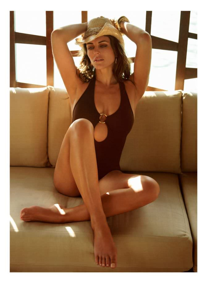 Элизабет Хёрли фото на диване