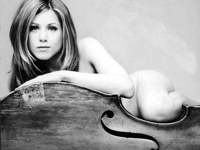 Дженнифер Энистон фото с виолончелью