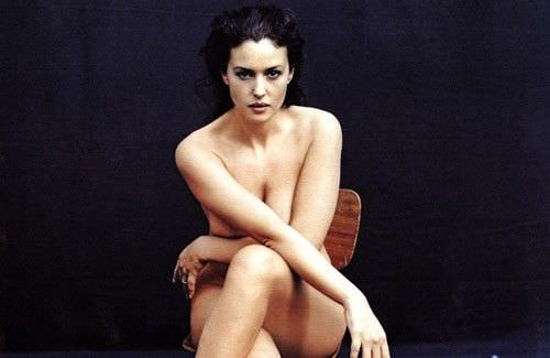 Моника Беллуччи фото на стуле