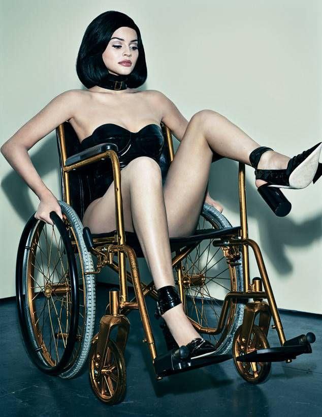 Кайли Дженнер фото на коляске