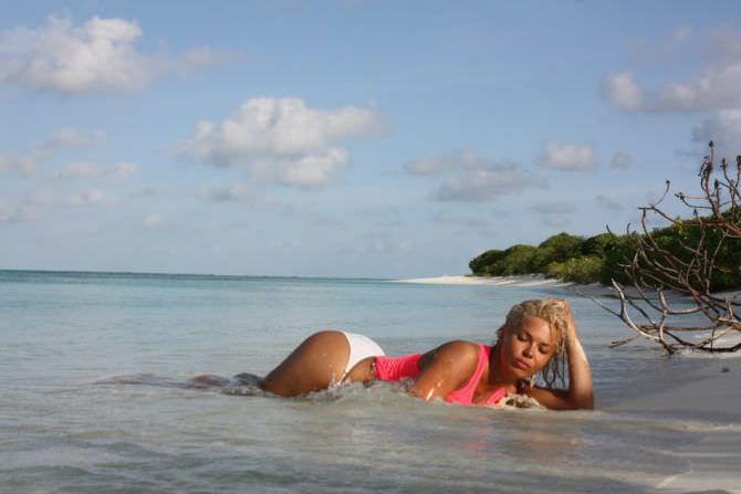 Карина Зверева фото в море