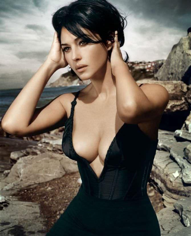 Моника Беллуччи фото в платье с декольте