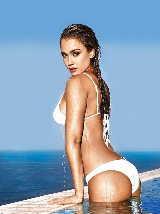 Джессика Альба фото в купальнике в бассейне