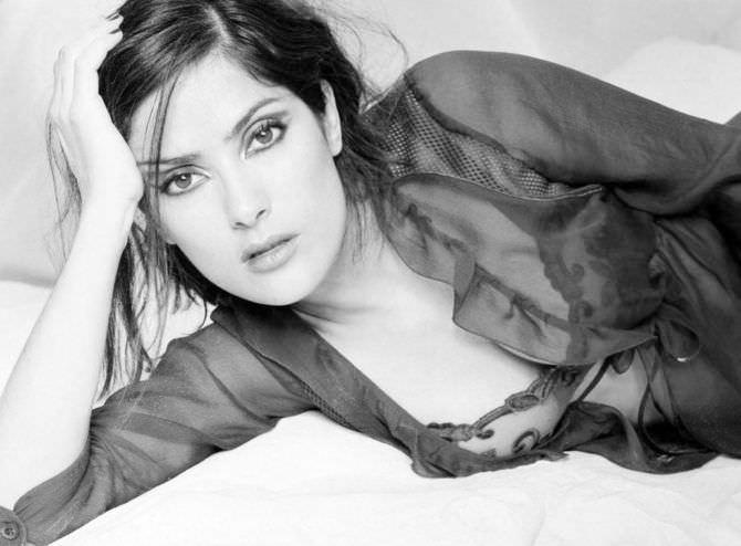 Сальма Хайек фото в халатике