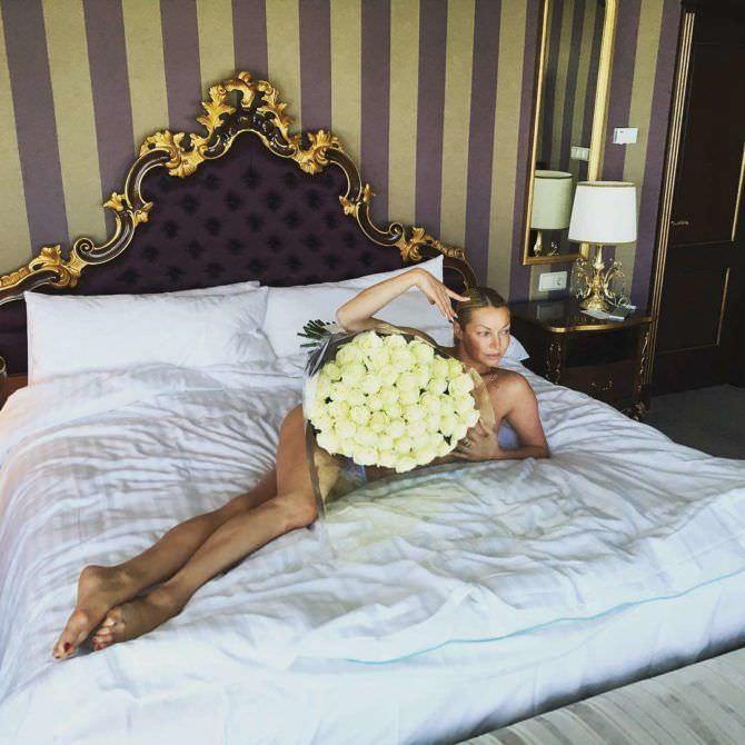 Анастасия Волочкова фото на кровати