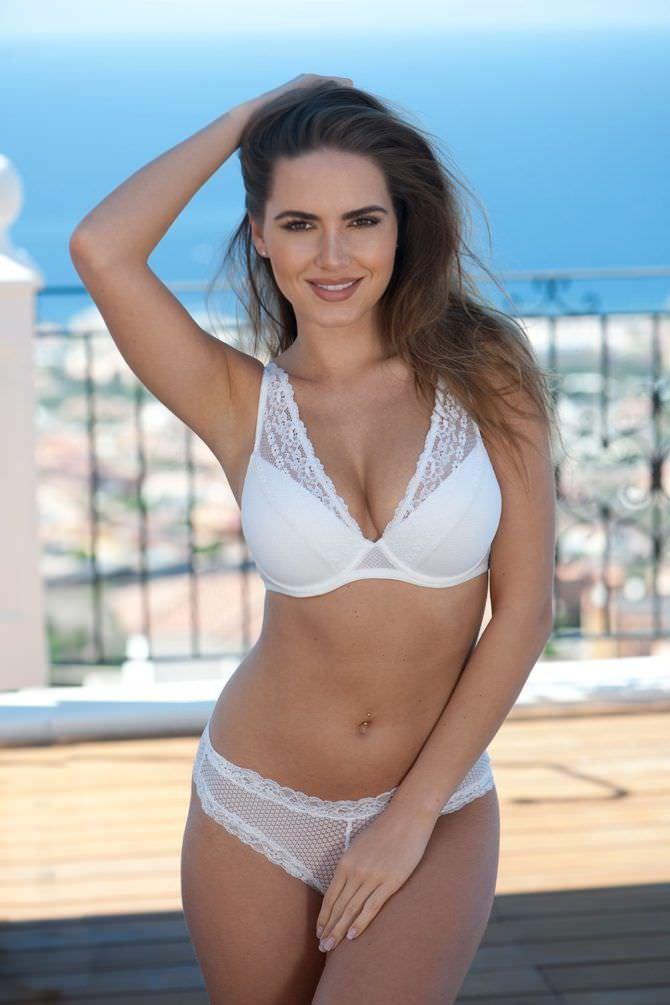 Сабина Емельянова фотография на балконе