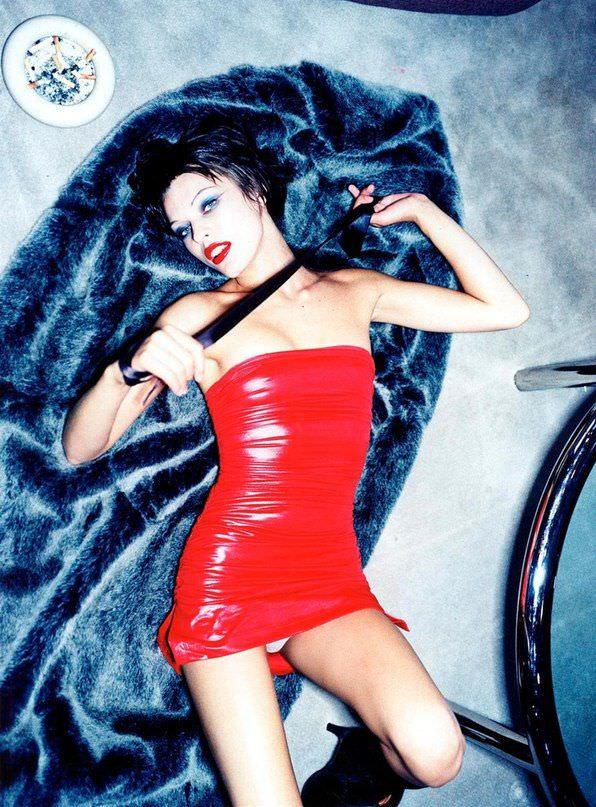 Милла Йовович фото в красном платье