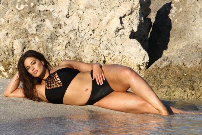 Эшли Грэм фото в красивом купальнике