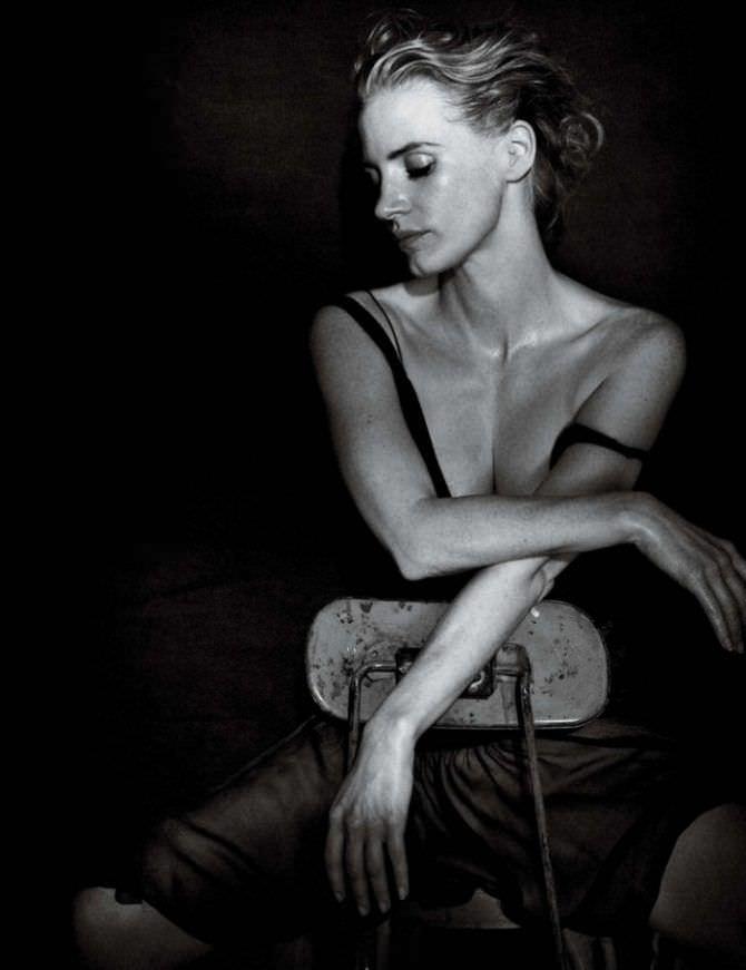 Джессика Честейн фото на стуле
