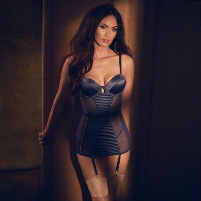 Меган Фокс фото в синем белье